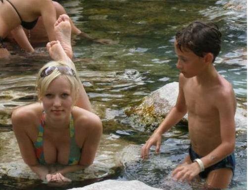 фото племянник подсматривает за тётей в душе