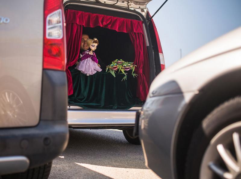 trunk theatre entertains drivers 6